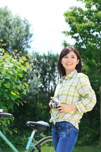 休日にサイクリングを楽しむ女性の写真素材 [FYI02029095]