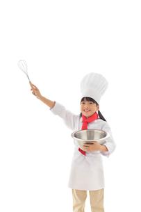 泡立て器を持つ女の子のシェフの写真素材 [FYI02029105]