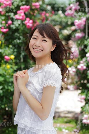 バラの花と若い女性の写真素材 [FYI02029112]