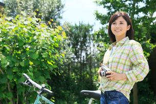 休日にサイクリングを楽しむ女性の写真素材 [FYI02029116]