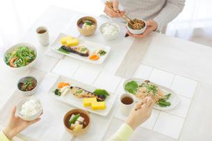 朝食を食べる新婚夫婦の写真素材 [FYI02029127]