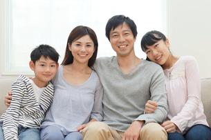仲良し家族のポートレートの写真素材 [FYI02029142]