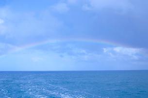海にかかる虹の写真素材 [FYI02029158]