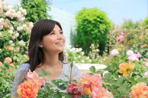 バラの花と黒髪の綺麗な女性の写真素材 [FYI02029173]