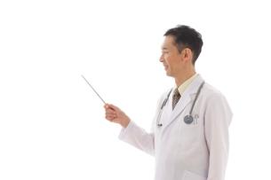 指示棒を持つ医師の合成向け人物素材の写真素材 [FYI02029177]