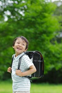 新緑の中ランドセルの男の子の写真素材 [FYI02029216]