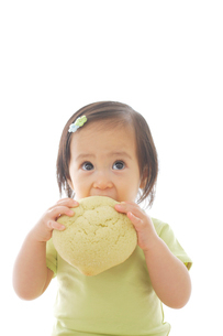メロンパンを食べる女の子の写真素材 [FYI02029254]