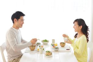 朝食を食べる新婚夫婦の写真素材 [FYI02029261]