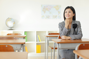卒業式の日に教室で感慨に浸る先生の写真素材 [FYI02029262]
