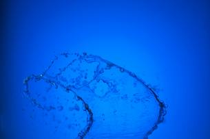 空中を飛び跳ねる水の写真素材 [FYI02029271]