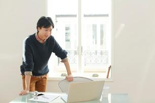 ホームオフィスで仕事をする男性の写真素材 [FYI02029278]