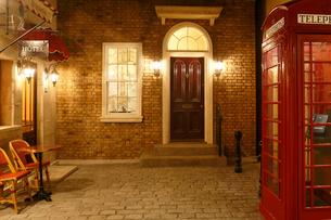 イギリスイメージのおしゃれな住宅と電話ボックスの写真素材 [FYI02029280]