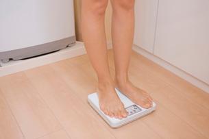 体重計に乗る女性の写真素材 [FYI02029295]