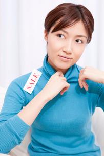 セーターを着た女性の写真素材 [FYI02029330]