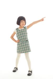 マネキン風ポーズをする昭和レトロな衣装の女の子の写真素材 [FYI02029333]