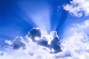 青空と雲間の太陽光線の写真素材 [FYI02029338]