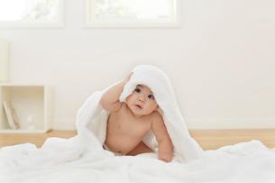 タオルをかぶる裸の赤ちゃんの写真素材 [FYI02029350]