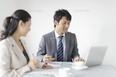 明るいオフィスで働く人々の写真素材 [FYI02029355]