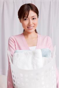 洗濯物を持つ女性の写真素材 [FYI02029368]