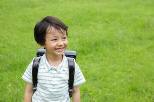 新緑の中ランドセルの男の子の写真素材 [FYI02029380]