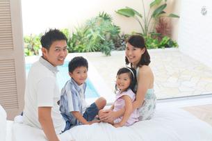 南国リゾートの旅行を楽しむ家族の写真素材 [FYI02029382]