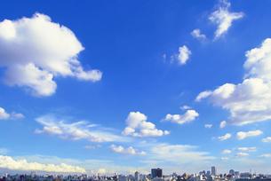 青空とビルのスカイラインの写真素材 [FYI02029398]