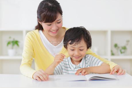お母さんと勉強をする男の子の写真素材 [FYI02029408]