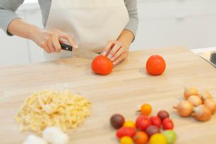 野菜を切る女性の手元の写真素材 [FYI02029416]
