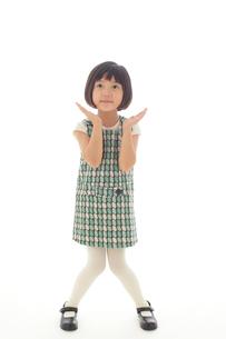 マネキン風ポーズをする昭和レトロな衣装の女の子の写真素材 [FYI02029447]