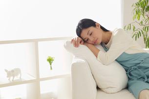 疲れで休憩する主婦の写真素材 [FYI02029454]