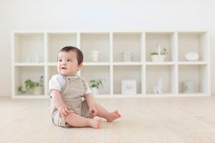 リビングでお座りするハーフの赤ちゃんの写真素材 [FYI02029466]