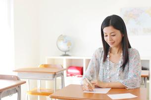 懐かしい教室を訪れた卒業生の写真素材 [FYI02029470]