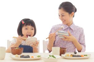 朝ご飯を食べるお母さんとおかっぱの女の子の写真素材 [FYI02029479]