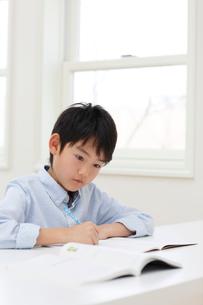 教室で勉強をする男の子の写真素材 [FYI02029488]