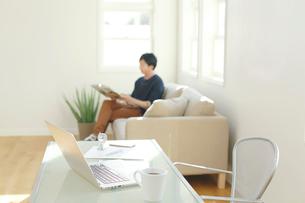 ホームオフィスで休憩中の男性の写真素材 [FYI02029491]