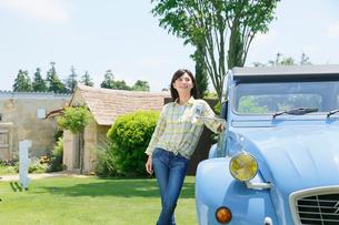 水色の可愛い車と若い女性の写真素材 [FYI02029495]