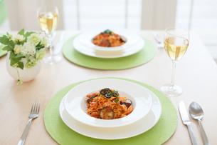 ふたりの食卓のトマトパスタの写真素材 [FYI02029499]