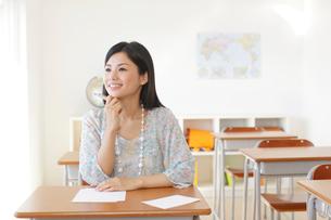 懐かしい教室を訪れた卒業生の写真素材 [FYI02029510]