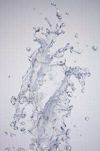空中を飛び跳ねる水の写真素材 [FYI02029532]