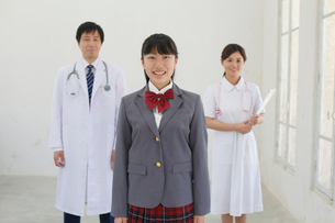 医師と看護師と医療の道を志す学生の写真素材 [FYI02029540]