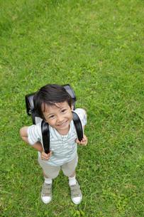 新緑の中ランドセルの男の子の写真素材 [FYI02029558]