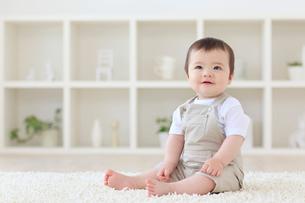 リビングでお座りするハーフの赤ちゃんの写真素材 [FYI02029567]
