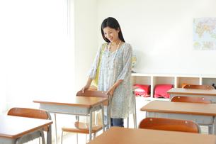 懐かしい教室を訪れた卒業生の写真素材 [FYI02029572]