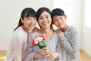 母の日に花束を贈る子どもたちの写真素材 [FYI02029574]