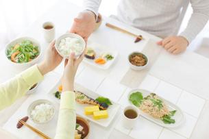 朝食を食べる新婚夫婦の写真素材 [FYI02029598]
