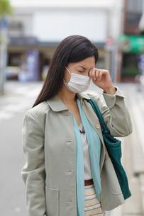 マスクをしたアレルギーの女性の写真素材 [FYI02029605]