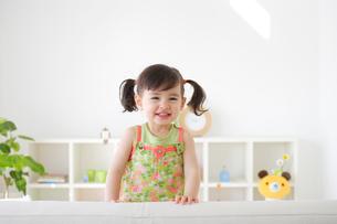 リビンングルームで遊ぶ女の子の写真素材 [FYI02029608]