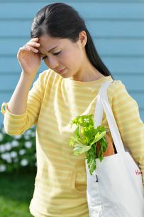 買物の途中に気分が悪くなる主婦の写真素材 [FYI02029610]