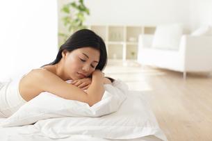 寝不足で朝に起きられない女性の写真素材 [FYI02029612]