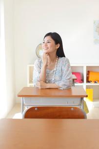 懐かしい教室を訪れた卒業生の写真素材 [FYI02029617]